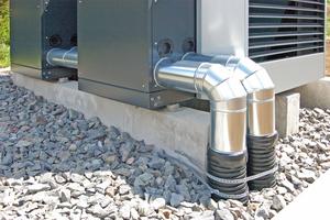 """<div class=""""bildtitel"""">Das Fundament der Wärmepumpen: Bei der Errichtung wurde auf eine nahe Platzierung zum Gebäude, eine sichere Kondensatabführung sowie eine stabile Ausführung der Leitungen geachtet.</div>"""