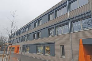 """<div class=""""bildtitel"""">Der Neubau der Ursula-Wölfel-Grundschule in Wiesbaden setzt sich komplett aus vorgefertigten Holzmodulen zusammen. </div>"""