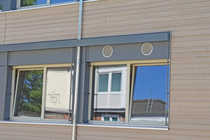 """<div class=""""bildtitel"""">Dank präziser Vorarbeit in den Außenwänden mussten die Lüftungsgeräte vor Ort nur noch mit dem Außen-/Fortluftluftdurchlass verbunden werden. </div>"""