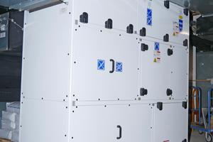 """<div class=""""bildtitel"""">Das Schwimmbadgerät arbeitet mit einer Luftmenge von 3.000 m³/h. Dadurch wird kontinuierlich feuchte Raumluft abgeführt. </div>"""