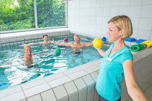 """<div class=""""bildtitel"""">Je nach Beschwerden kommen auch Therapieformen wie Gruppenbehandlungen im Bewegungsbad oder Aquafitnesskurse zum Einsatz. </div>"""