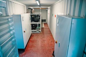 """<div class=""""bildtitel"""">Ein Großteil der Anlagentechnik wurde in einem Seecontainer untergebracht. </div>"""