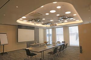 """<div class=""""bildtitel"""">Die komfortablen Tagungsräume wurden in das Klimakonzept integriert. </div>"""
