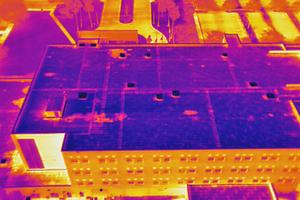 """<div class=""""bildtitel"""">Mit einer Wärmebildkamera aufgenommene Luftaufnahme eines Dachs</div>"""
