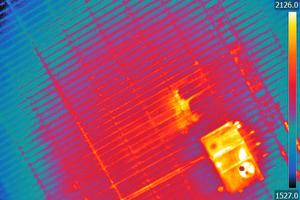 """<div class=""""bildtitel"""">Eine Drohne mit Wärmebildkamera erkennt Feuchtigkeit auf dem bzw. im Dach. </div>"""