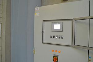 """<div class=""""bildtitel"""">Noch erfolgt die Steuerung der Lüftungsanlage manuell über Potentiometer. Links davon einer der Filter-Bälge, über die die saubere Luft in die Halle einströmt. </div>"""