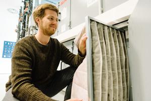 """<div class=""""bildtitel"""">HEPA-Filter sind besonders feine Taschenfilter, die selbst feine Aerosole filtern können. Der wissenschaftliche Mitarbeiter Steffen Jacobs baut hier einen neuen Filter in eine Klimaanlage ein. </div>"""