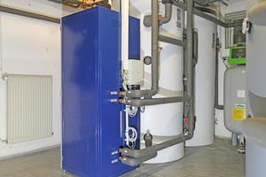 """<div class=""""bildtitel"""">Die """"eXergiemaschine"""" (blaues Gerät) hebt das Temperaturniveau so an, dass mit der Abwärme der Kältetechnik sogar Reinigungswasser bereitet werden kann.</div>"""