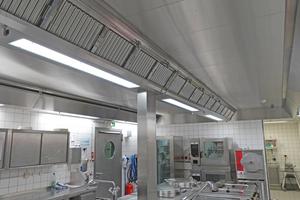 """<div class=""""bildtitel"""">Die spritzwassergeschützte Abluftdecke bildet ein geschlossenes System, um die Keim- und Kondensatbildung im Deckenhohlraum zu vermeiden.</div>"""
