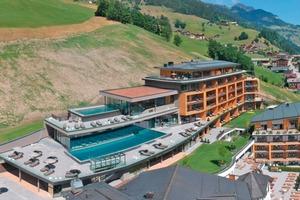 """<div class=""""bildtitel"""">Die Bauherren setzen bei der Erweiterung ihres Stammhauses im österreichischen Großarl auf ein Flächenheiz- und -kühlsystem: 15.000 m<sup>2</sup> Fläche werden dort seit dem Sommer 2019 beheizt und gekühlt.</div>"""