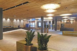 """<div class=""""bildtitel"""">Die Hotellobby des Neubaus: Die Fußbodentemperierung für die 1000 m2 große Fläche musste innerhalb von drei Tagen fertiggestellt werden. Während die Techniker an der einen Stelle montierten, waren die Estrichbauer schon an anderer Stelle der Lobby beim Betonieren. </div>"""