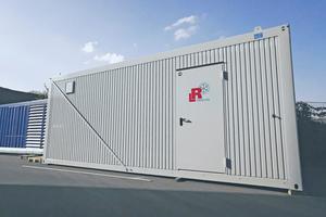 """<div class=""""bildtitel"""">Die Kälteanlage wurde platzsparend in zwei Containern untergebracht, die vor Ort in Doppelstock-Anordnung installiert werden.</div>"""