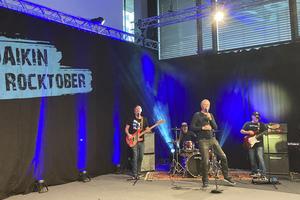 Um den Vortragscharakter des knapp zweistündigen Events aufzulockern, gab es live gespielte, rockige Songeinlagen von der Münchner Rockband Bunnyhill Overkill.