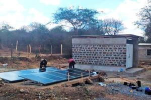 """<div class=""""bildtitel"""">Installation der zwölf Solarpanels, die für einen sicheren Betrieb der Kühlkammer sorgen</div>"""