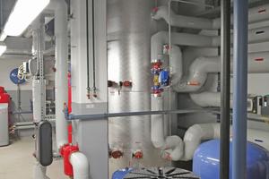 """<div class=""""bildtitel"""">Im österreichischen Hohenems entwickelten die Ingenieure der Zortea Gebäudetechnik GmbH mit dem Zortström eine gleichermaßen einfache wie intelligente Sammel-, Speicher- und Verteiltechnologie, die als Effizienzhebel insbesondere für die Einbindung von regenerativen (Niedertemperatur-)Erzeugern dient. Heute arbeiten Zortström-Anlagen in mehr als 5.500 energetischen Versorgunglösungen europaweit</div>"""