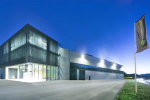 """<div class=""""bildtitel"""">Nachhaltige Energieversorgung für den modernen Gebäudekomplex: Das neue Fertigungs- und Verwaltungsgebäude entstand auf einem Areal von ca. 11.500 m² Nutzfläche. Umgesetzt wurde das Ausbauprojekt während des laufenden Betriebs. </div>"""