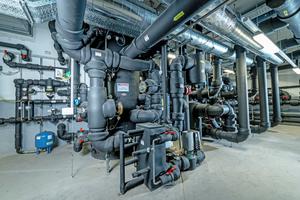 """<div class=""""bildtitel"""">Großwärmepumpen im Aufwind: Sie arbeiten wirtschaftlich und emissionsfrei, allerdings ist ihre Effizienz an die Qualität der Anlagenhydraulik gebunden. Störungen verhindert die Zortström-Technologie durch die hydraulische Trennung aller Abnehmer und eine exakte Temperaturschichtung im sogenannten Gleitschichtraum.</div>"""