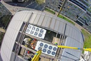 """<div class=""""bildtitel"""">Vergangenes Jahr am Ostersonntag erfolgte die Einbringung der neuen Kaltwassererzeuger in das geöffnete Tonnendach.</div>"""