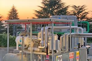 """<div class=""""bildtitel"""">Abbildung 1: """"Cold from Heat"""" – Außenaufstellung einer Ammoniak-Wasser-Absorptionskältemaschine in einem Pharmaunternehmen (Italien), Kälteleistung 450 kW</div>"""