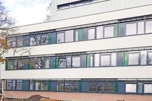 """<div class=""""bildtitel"""">Durch die Sanierung der Fassade ist das Gebäude der Anne-Frank-Gesamtschule nun optimal wärmegedämmt. So entstehen keine Energieverluste mehr wie z.B. durch undichte Fugen; die Frischluftversorgung übernehmen Lüftungsgeräte von Airflow. </div>"""