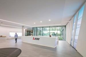 """<div class=""""bildtitel"""">Heute ist Mitsubishi Electric ein weltweit anerkannter Marktführer in der Herstellung elektrischer und elektronischer Geräte für die Informationsverarbeitung und Kommunikation, Weltraumentwicklung, Satellitenkommunikation, Unterhaltungselektronik, Industrietechnologie, Energie, Mobilitäts- und Gebäudetechnologie sowie der Heiz-, Kälte-, Lüftungs- und Klimatechnik.</div>"""