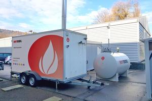 """<div class=""""bildtitel"""">Eine mobile Heizzentrale mit 950 kW Wärmeleistung und ein 5.000 Liter Heizöltank lieferten über mobile Verbindungsleitungen die benötigte Energie für die Produktionshalle. </div>"""