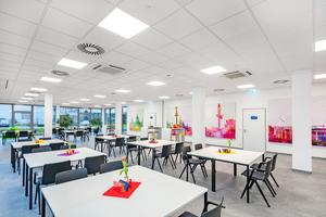 """<div class=""""bildtitel"""">Zwei Kantinen und ein Freizeitraum mit direktem Zugang zur Außenterrasse lassen sich durch flexible Wände zusammenlegen.</div>"""