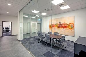 """<div class=""""bildtitel"""">Informelle Besprechungen können in Lounge-Bereichen stattfinden. Dadurch wird die Kommunikation gefördert und konzentriertes Arbeiten gewährleistet.</div>"""