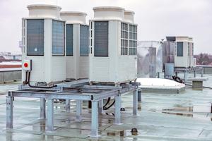 """<div class=""""bildtitel"""">Sechs Hybrid VRF-Außengeräte mit 400 kW Kälte- und 450 kW Heizleistung sind auf einem Dach aufgestellt. Sie führen das Kältemittel über Strangleitungen zu sechs HBC-Controllern.</div>"""