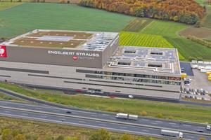 """<div class=""""bildtitel"""">Der gigantische Industriebau aus Stahl mit einer Glasfassade, die zeitweise das größte Fassadenbauprojekt Deutschlands war und mit 22.500 m² größer ist als die Glasfassade der Hamburger Elbphilharmonie</div>"""