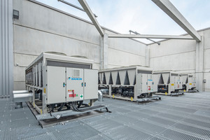 """<div class=""""bildtitel"""">... """"grüne"""" Gebäudearchitektur konstruierte luftgekühlte Kaltwassersätze von Daikin mit einer Leistung von je 820 kW in Kaskade, die für eine effiziente Klimatisierung der Logistik- und Produktionsprozesse sorgen.</div>"""