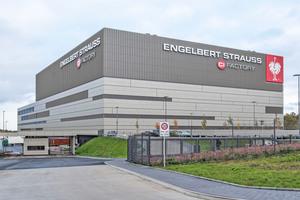 """<div class=""""bildtitel"""">Der von 2017 bis 2019 neu errichtete Produktionsstandort von Engelbert Strauss in Schlüchtern (Nähe Frankfurt am Main) hat eine Betriebsfläche von 90.000 m<sup>2</sup>, wovon fast 55.000 m<sup>2</sup> zu klimatisierende Fläche sind.</div>"""