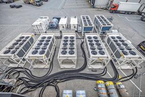 """<div class=""""bildtitel"""">Energyst installierte eine schlüsselfertige temporäre Kühlanlage auf einer Parkfläche des Zentrallagers von Edeka Nord, um Wartungsarbeiten an der bestehenden Anlage zu ermöglichen,</div>"""