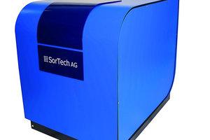 Das zentrale Element der Installation ist eine Adsorptionskältemaschine der Firma SorTech AG, die sowohl als Kältemaschine als auch als Wärmepumpe betrieben werden kann<br />