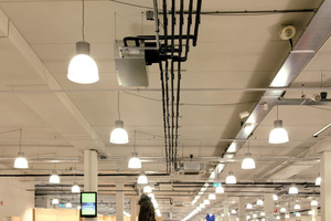 """Die Gesamtleistung derartiger VRF-Anlagen ist auch für Großprojekte geignet – hier in der Shoppingmall """"The Wall"""" in den Niederlanden. An der Decke ist in offener Installation ein BC-Controller zu sehen<br />"""