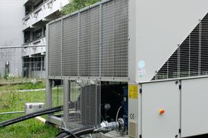 """<div class=""""bildtext"""">Während des Ausfalls einer internen Kühlanlage konnte mit einer mobilen Kühleinheit von Hotmobil die reibungslose Nutzung der Forschungslabors und Klimakammern im Max-Planck-Institut für Biochemie in Martinsried sichergestellt werden. </div>"""