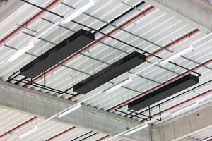 """<div class=""""bildtext"""">Die Kühlkonvektoren belegen nur 5 % der Deckenfläche. Es bleibt genug Platz für Beleuchtung und Sprinkleranlagen.</div>"""
