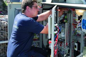 """<div class=""""bildtitel"""">CoolEnergy übernahm bei dem Einsatz in Frankfurt bei der Fraport AG die Planung, Organisation und Installation – hier ein Techniker bei der Überprüfung des Elektroanschlusses.</div>"""