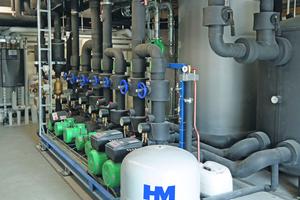 """<div class=""""bildtitel"""">Eine Detailansicht des Hydraulikteils der gesamten installierten HM-Anlage mit Pumpen, Pufferspeicher etc. </div>"""