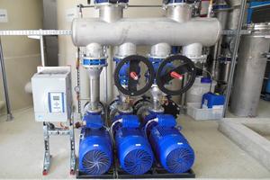"""<div class=""""bildtitel"""">Eine der drei Pumpen ist drehzahlgeregelt. Sie dient als Spitzenlastpumpe und sorgt für eine bedarfsgerechte Einspeisung von rückgekühltem Wasser in den Kreislauf. </div>"""