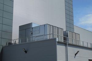 """<div class=""""bildtitel"""">Die Kühltürme konnten platzsparend auf dem Dach einer Produktionshalle installiert werden.</div>"""