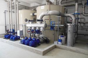 """<div class=""""bildtitel"""">Die Pumpen (vor den Kaltwassertanks angeordnet) wurden so ausgelegt, dass ein Höchstmaß an Energieeffizienz erreicht wird.</div>"""