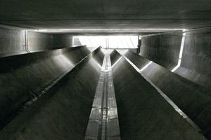 An der Sohle des Überlaufbeckens ist der Wärmetauscher aus Edelstahl eingelegt. Durch die großen Rinnen läuft das relativ warme Abwasser über die Wärmetauscher<br />