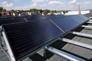 Die Sonnenkollektoren auf dem Dach, mit denen das Wasser für den Betrieb der Absorptionskältemaschine erhitzt wird<br />