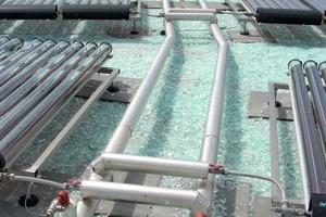 Die Wärmeüberschüsse der Solarthermieanlage werden im Sommer über eine Yazaki-Absorptionskälteanlage in Kälte zur Kühlung der Büroräume umgewandelt