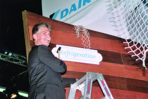 """Daikin-Geschäftsführer Xavier Feys nagelte auf der Fachmesse Chillventa in Nürnberg publikumswirksam ein Schild mit der Aufschrift """"Refrigeration"""" an das Daikin-""""Schiff"""" – Kurs Gewerbekälte"""