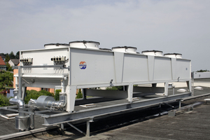 Die auf dem Dach montierte Kühleeinheit. Es ist der sichtbare Teil des wärmeren Kondensatorkühlkreislaufes<br />