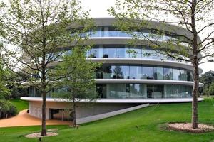 Das neue Verwaltungsgebäude des Europäischen Fußballverbandes (Uefa) in Nyon am Genfer See (Bassicarella Architectes). Der Sonnenschutz besteht aus Betonfertigteilen, deren Tiefe in Abhängigkeit der Himmelsrichtung zwischen 1,8 und 3,0 m variiert<br />