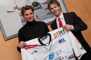 Olaf von Hößlin-Marcard und der AEV-Sportmanager Duanne Moeser präsentieren das Trikot mit dem CoolEnergy-Logo