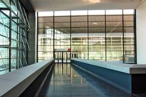 Auf zwei Ebenen bietet die neue Messehalle 23860 m<sup>2</sup> Ausstellungsfläche; das Foto zeigt den Eingang zur Halle 11.1 vom Portalhaus aus gesehen<br />